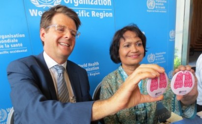 """""""Protect your lungs, protect your life,"""" say World Health Organization Prevention of Non-communicable Diseases director Dr. Douglas Bettcher and Southeast Asia Tobacco Control Alliance senior policy advisor Mary Assunta. (Tricia Aquino/InterAksyon.com)"""