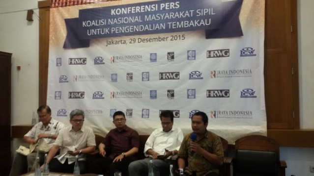 (From left to right) Muhammadiyah deputy chairman Sudibyo Markus, Human Rights Working Group executive director Rafendi Djamin, Indonesia Institute for Social Development program manager Deni Wahyudi Kurniawan, Ifdhal Kasim from the National Coalition of Civil Society for Tobacco Control and Raya Indonesia director Hery Chariansyah speak at a press conference on tobacco control in Jakarta on Tuesday. (thejakartapost.com/Callistasia Anggun Wijaya)